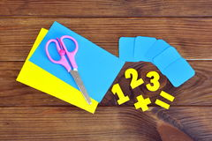 Strati di carta e numeri, forbici su un fondo di legno marrone Fotografia Stock Libera da Diritti