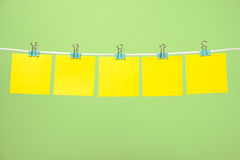 Strati di carta gialli in bianco sulla corda Immagine Stock Libera da Diritti