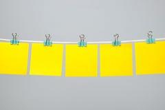 Strati di carta gialli in bianco sulla corda Fotografia Stock Libera da Diritti