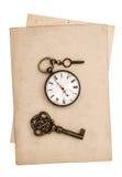 Strati di carta grungy antichi con l'orologio e la chiave Fotografia Stock Libera da Diritti