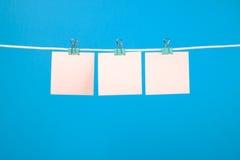 Strati di carta rosa in bianco che appendono sulla corda Fotografia Stock Libera da Diritti