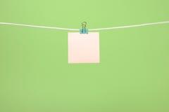 Strati di carta rosa in bianco che appendono sulla corda Immagini Stock