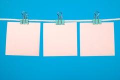 Strati di carta rosa in bianco che appendono sulla corda Fotografie Stock Libere da Diritti