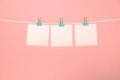 Strati di carta rosa in bianco che appendono sulla corda Fotografia Stock