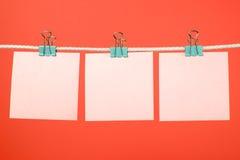 Strati di carta rosa in bianco che appendono sulla corda Immagine Stock Libera da Diritti