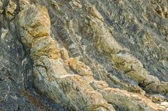 Strati di marna bianca giallastra nello spessore di argillite Fotografie Stock Libere da Diritti