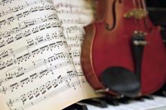 Strati di musica con il piano del violino della sfuocatura fotografie stock