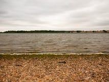 Strati strutturati di un annuvolamento ed onde della riva di mare, sabbia e Pebb Fotografia Stock Libera da Diritti