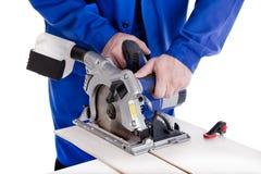 Stratifié de coupe de travailleur avec la scie circulaire de puissance Images stock