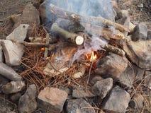 Strating μια πυρκαγιά Στοκ Φωτογραφία