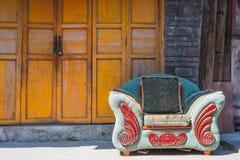 Strato abbandonato in un villaggio cinese davanti ad una porta gialla Fotografie Stock