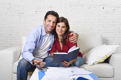 Strato attraente di debito di contabilità delle coppie a casa felice nel successo e nella ricchezza finanziari Fotografie Stock Libere da Diritti