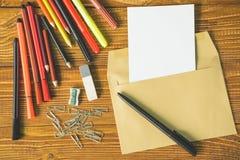 Strato bianco in convertito con le forbici delle matite immagini stock