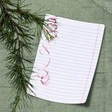 Strato con l'albero di Natale su priorità bassa verde Fotografia Stock Libera da Diritti