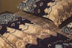 Strato, coperta e cuscini blu della lettiera nella camera di albergo Resto, addormentato, concetto di comodit? Cuscino sul letto  immagini stock libere da diritti