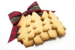 Strato dei biscotti dell'albero di Natale con l'arco del Tartan Fotografia Stock