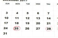 Strato del calendario murale con natale del contrassegno rosso il 25 dicembre - Immagini Stock