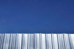 Strato del ferro ondulato con cielo blu Immagini Stock Libere da Diritti