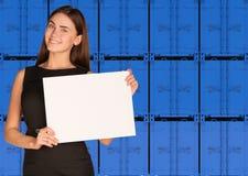 Strato della carta della tenuta della donna di affari Parete del blu Fotografie Stock Libere da Diritti