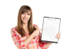 Strato della carta della tenuta della giovane donna isolato su bianco Immagine Stock