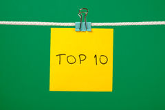 """Strato di carta giallo sulla corda con il  del """"Top 10†del testo Fotografia Stock"""