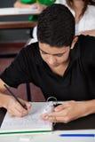 Strato di Copying From Cheat dello studente allo scrittorio Immagine Stock Libera da Diritti
