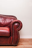 Strato di cuoio rosso lussuoso davanti ad una parete in bianco Immagini Stock Libere da Diritti