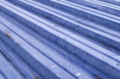 Strato di decking del metallo con le macchie del fondo della ruggine, costruzione fotografia stock libera da diritti