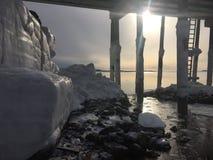 Strato di ghiaccio sulle rocce Fotografia Stock