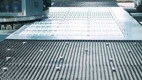 Strato di perforazione della punzonatrice di ferro che fa i fori di determinata dimensione video d archivio