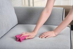 Strato di pulizia della donna con lo spolveratore fotografie stock