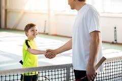 Strato fiero di tennis che elogia il suo allievo Immagini Stock Libere da Diritti