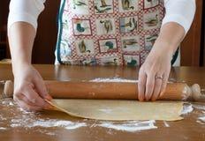 Strato srotolante della pasta sulla Tabella di legno Fotografia Stock Libera da Diritti