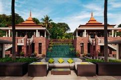 Strato tropicale all'aperto di stile della località di soggiorno sotto il cocco di estate fotografia stock libera da diritti