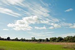 Stratocumuluswolken en blauw hemellandschap in het Britse platteland royalty-vrije stock afbeelding