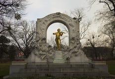 Strauss-Komponist-Goldstatue in Stadtpark Lizenzfreies Stockfoto