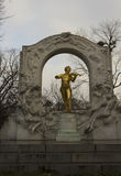 Strauss-Komponist-Goldstatue in Stadtpark Stockfotos