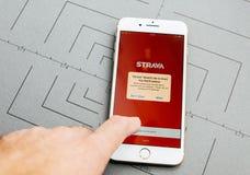 Strava app, på iPhone 7 plus applikationprogramvaran arkivfoton