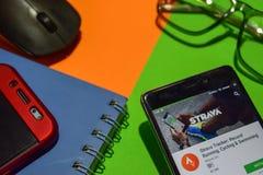 Strava bogserare: Rekord- spring som cyklar & simmar bärare app på den Smartphone skärmen arkivbilder