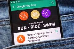 Strava utbildning: Spår som kör, cyklar och simmar appen på Google Play Storewebsiten som visas på smartphonen arkivbild