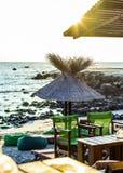 Stravaganza della barra della spiaggia dal mare ad alba immagine stock libera da diritti