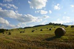 Straw Bales auf dem Feld nach Ernte, Tschechische Republik stockfotografie