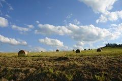 Straw Bales auf dem Feld nach Ernte, Tschechische Republik lizenzfreies stockfoto