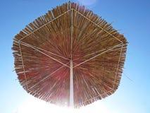 Straw Beach Parasol Umbrella Protecting från solen under exotisk semester royaltyfri bild