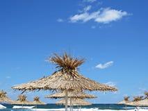 Straw Beach Parasol Umbrella Protecting från solen under exotisk semester royaltyfri fotografi