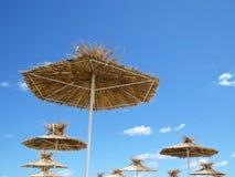 Straw Beach Parasol Umbrella Protecting från solen under exotisk semester arkivfoton