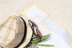 Straw Hat com um cartão do turista na areia Fotografia de Stock Royalty Free