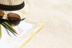 Straw Hat com um cartão do turista na areia Imagens de Stock Royalty Free