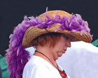 Straw Hat Covered With Feather Boa för Jazzfest Royaltyfri Foto