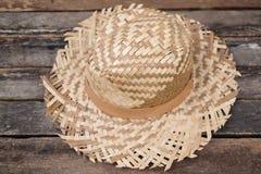 Straw Hat op Houten Raad met wijnoogst Stock Afbeelding
